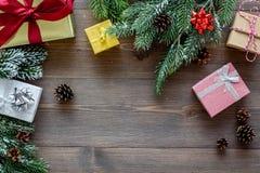 Sistema del embalaje de regalos por Año Nuevo y el saludo 2018 de la Navidad en mofa de madera del veiw del top del fondo para ar Imagenes de archivo