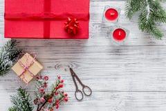 Sistema del embalaje de regalos por Año Nuevo y el saludo 2018 de la Navidad en mofa de madera del veiw del top del fondo para ar Fotos de archivo libres de regalías