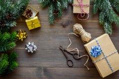 Sistema del embalaje de regalos por Año Nuevo y el saludo 2018 de la Navidad en mofa de madera del veiw del top del fondo para ar Foto de archivo