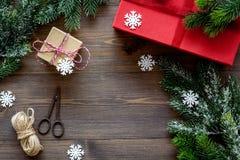 Sistema del embalaje de regalos por Año Nuevo y el saludo 2018 de la Navidad en mofa de madera del veiw del top del fondo para ar Imagen de archivo libre de regalías