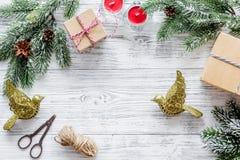 Sistema del embalaje de regalos por Año Nuevo y el saludo 2018 de la Navidad en mofa de madera del veiw del top del fondo para ar Fotografía de archivo