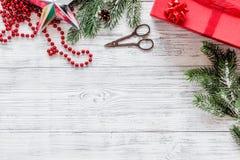 Sistema del embalaje de regalos por Año Nuevo y el saludo 2018 de la Navidad en mofa de madera del veiw del top del fondo para ar Imágenes de archivo libres de regalías