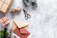 Sistema del embalaje de regalos por Año Nuevo y el saludo 2018 de la Navidad en la mofa de piedra del veiw del top del fondo para Fotos de archivo libres de regalías