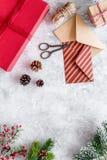 Sistema del embalaje de regalos por Año Nuevo y el saludo 2018 de la Navidad en la mofa de piedra del veiw del top del fondo para Imagen de archivo