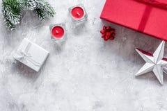 Sistema del embalaje de regalos por Año Nuevo y el saludo 2018 de la Navidad en la mofa de piedra del veiw del top del fondo para Fotografía de archivo libre de regalías