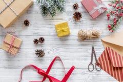 Sistema del embalaje de regalos por Año Nuevo y el saludo 2018 de la Navidad en veiw de madera del top del fondo Imágenes de archivo libres de regalías