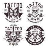 Sistema del estudio del tatuaje de cuatro emblemas del vintage del vector stock de ilustración