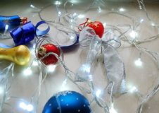 Sistema del extracto de la Navidad de ornamentos y de luces en fondo neutral Imágenes de archivo libres de regalías