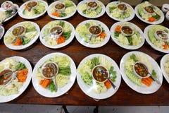 Sistema del grupo de la cena asiática de la comida lista para servir en la tabla en los vagos Imágenes de archivo libres de regalías