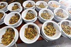 Sistema del grupo de la cena asiática de la comida lista para servir en la tabla en los vagos Foto de archivo