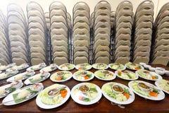 Sistema del grupo de la cena asiática de la comida lista para servir en la tabla en los vagos Imagen de archivo