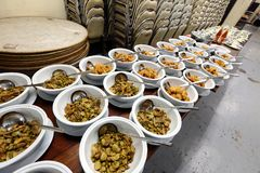 Sistema del grupo de la cena asiática de la comida lista para servir en la tabla en los vagos Imagen de archivo libre de regalías
