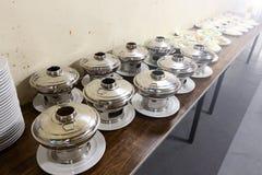 Sistema del grupo de la cena asiática de la comida lista para servir en la tabla en los vagos Fotos de archivo libres de regalías