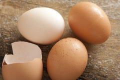 Sistema del huevo entero y agrietado en la tabla Imagen de archivo libre de regalías
