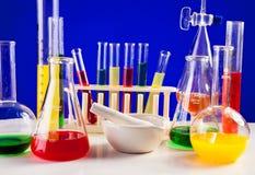 Sistema del laboratorio para la química con los líquidos coloreados en ellos Fotografía de archivo