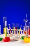 Sistema del laboratorio para la química con los líquidos coloreados en ellos Fotos de archivo libres de regalías
