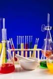 Sistema del laboratorio para la química con los líquidos coloreados en ellos Imagen de archivo