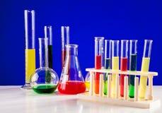 Sistema del laboratorio para la química con los líquidos coloreados en ellos Imágenes de archivo libres de regalías