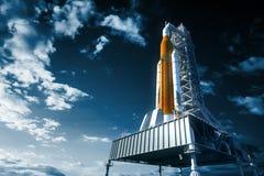 Sistema del lancio dello spazio sul Launchpad sopra fondo del cielo Fotografia Stock