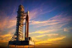 Sistema del lancio dello spazio sul Launchpad sopra fondo delle nuvole rosse Fotografia Stock