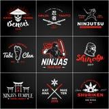 Sistema del logotipo de Japón Ninjas Diseño de las insignias del arma de Katana Insignia de la mascota del ninja del vintage Cami Fotografía de archivo