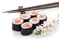 Sistema del maki del sushi y rama de Sakura Imagenes de archivo