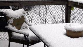 Sistema del patio cubierto en nieve gruesa el tarde en invierno almacen de metraje de vídeo