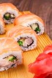 Sistema del rollo de sushi cubierto en salmones Fotos de archivo libres de regalías