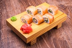 Sistema del rollo de sushi cubierto en salmones Fotos de archivo