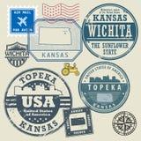 Sistema del sello con el nombre y el mapa de Kansas ilustración del vector