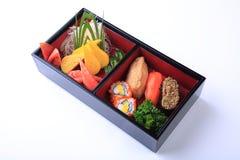 Sistema del sushi en Bento de madera (caja del almuerzo japonesa) aislado en blanco Imagenes de archivo