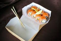 Sistema del sushi, japonés, en una caja, con los palillos Foto de archivo libre de regalías
