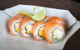 Sistema del sushi, japonés, ensalada, jengibre, wasabi, en una caja Foto de archivo
