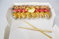 Sistema del sushi, japonés, ensalada, jengibre, wasabi, en una caja Fotografía de archivo libre de regalías