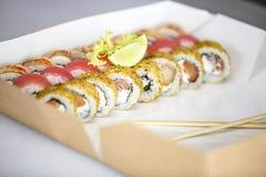 Sistema del sushi, japonés, ensalada, jengibre, wasabi, en una caja Foto de archivo libre de regalías
