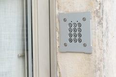 Sistema del telclado num?rico de la seguridad del c?digo de la contrase?a protegido en el edificio p?blico fotografía de archivo