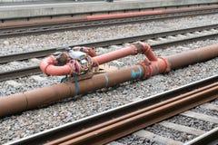 Sistema del tubo y de la válvula con los sensores y el cableado eléctrico entre las pistas de ferrocarril fotografía de archivo libre de regalías