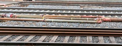 Sistema del tubo y de la válvula con los sensores y el cableado eléctrico entre las pistas de ferrocarril fotos de archivo libres de regalías