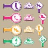 Sistema del vector de emblemas coloreados con los diferentes tipos de calzado Foto de archivo libre de regalías