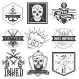 Sistema del vector de emblemas, de logotipos, de banderas, de etiquetas o de insignias de la escuela del tatuaje Cráneos monocrom Foto de archivo libre de regalías