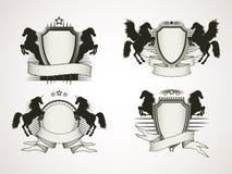 Sistema del vector de escudos con las banderas viejas y de siluetas que alzan h Imagen de archivo libre de regalías