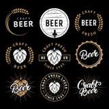 Sistema del vector de etiquetas de la cerveza en estilo retro Emblemas de la cervecería de la cerveza del arte del vintage, logot Imagen de archivo