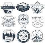 Sistema del vector de etiquetas que acampan en estilo del vintage Ejemplo al aire libre del concepto de la aventura del campament Imagen de archivo
