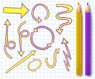 Sistema del VECTOR de flechas bosquejadas con dos lápices realistas en colores amarillos y púrpuras en la página del cuaderno Imagen de archivo