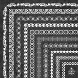 Sistema del vector de fronteras y de bastidores de la esquina decorativos en un fondo de la pizarra Imágenes de archivo libres de regalías