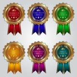 Sistema del vector de insignias de oro con las cintas del color y Fotos de archivo