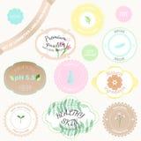 Sistema del vector de insignias y de etiquetas con las diversas inscripciones para los cosméticos stock de ilustración