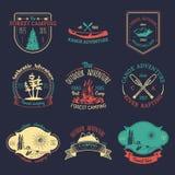 Sistema del vector de logotipos que acampan del vintage Colección retra de las muestras de aventuras al aire libre Bosquejos turí libre illustration