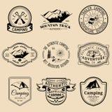 Sistema del vector de logotipos que acampan del vintage Emblemas o insignias del turismo Colección retra de las muestras de avent ilustración del vector