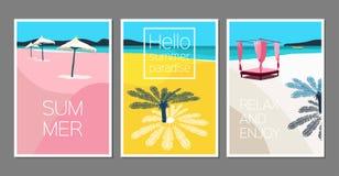 Sistema del vector de tarjetas de verano Cartel de los días de fiesta Escena con la palmera, mar, paraguas de sol, barco, isla, s fotos de archivo libres de regalías